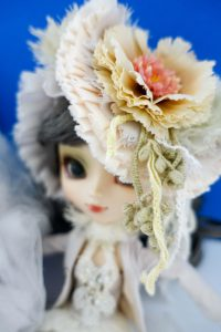 Galene's flowery headband that perfects her look!