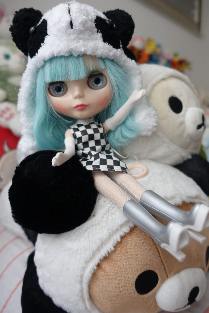 Neo-Blythe Ufo A Go-Go tried living with the pandas for a week!
