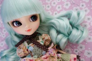 The wig has the prettiest color and sheen!
