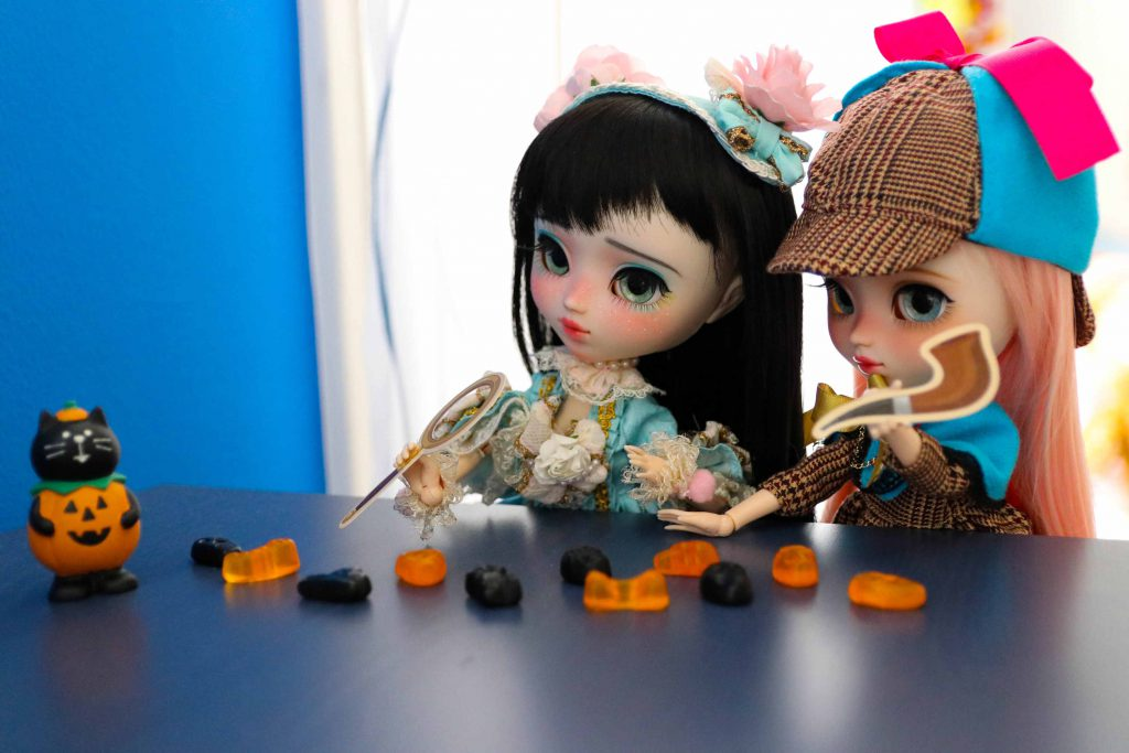 Mayu & Ruri looking for candy!