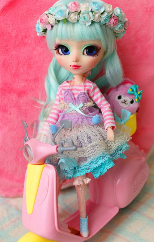 Minnie and her Barbie vespa
